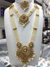 Ladies pearl setting necklace with earrings