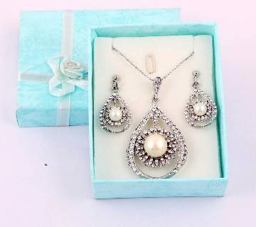Ladies stone setting pendant with earrings