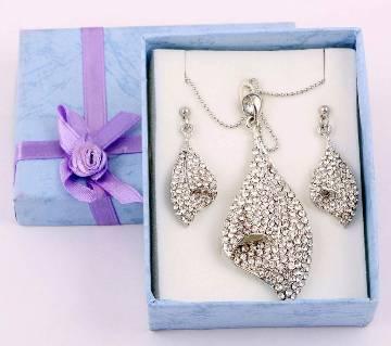 Ladies stone setting pendant with earrings