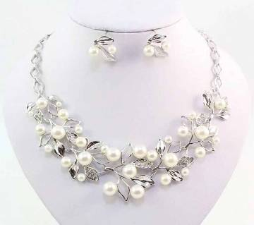 Ladies stone setting necklace with earrings